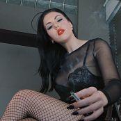 在女神金桌子下用作烟灰缸高清视频的女神金